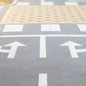 """marquage au sol extérieur ; flèche """"tourner à droite"""" et """"tourner à gauche""""`"""