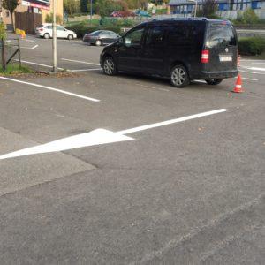 """flèche """"tout droit"""" dans un parking extérieur"""
