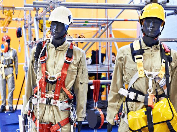 deux mannequins avec équipement de protection individuelle